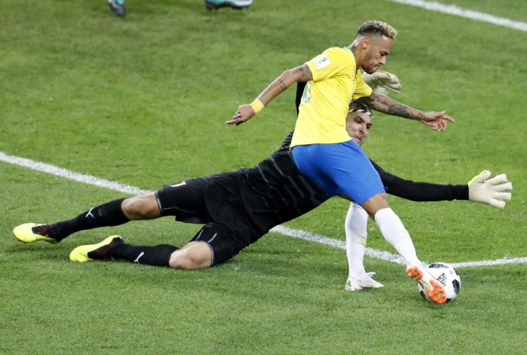 3ae7f8d08b Neymar finaliza contra o goleiro Stojkovic